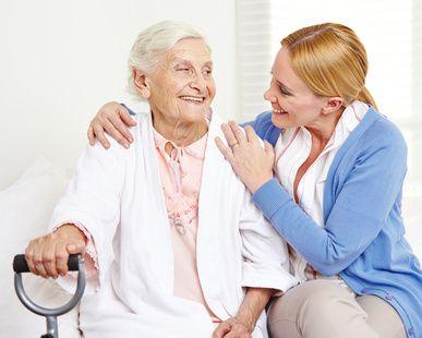 Alte Frau mit Arzthelferin